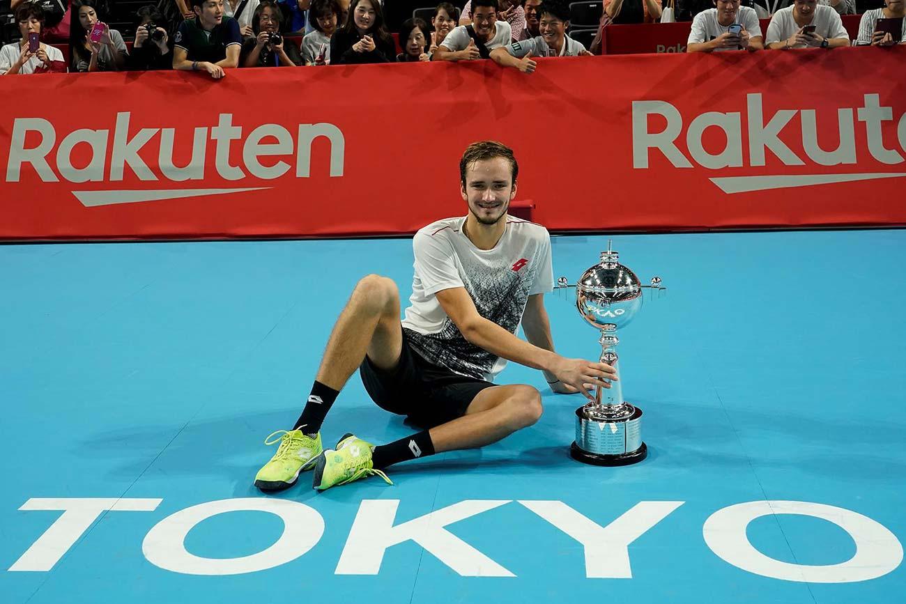 Medvedev-Tokyo-2018-Trophy-Rakuten