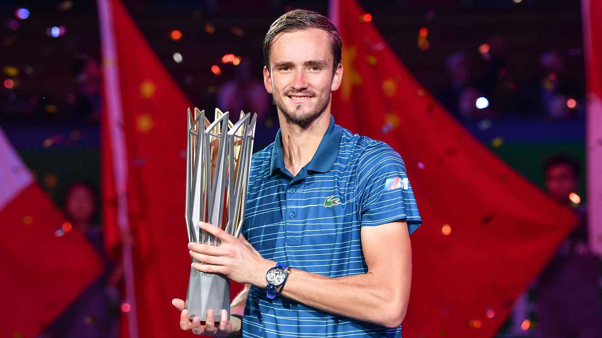 medvedev-shanghai-2019-final-trophy