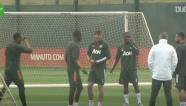 Bruno Fernandes nghiêm mặt khi bị đồng đội chơi xỏ trò 'bóng ma'