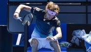 Video Zverev nổi điên đập nát vợt ở trận thua trước Raonic