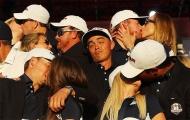 Tay golf lạc lõng khi đồng đội hôn vợ và bạn gái