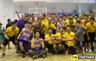 ĐT Futsal Việt Nam ăn mừng chiến thắng cùng đội bóng rổ HCMC Wings