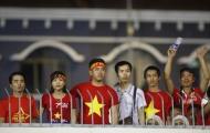 Người hâm mộ trèo tường xem U22 Việt Nam thi đấu ở SEA Games 29