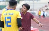 Tiếp tục bị chê đá xấu, HLV Miura lại bênh vực học trò