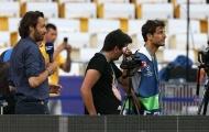Ronaldo làm rách mặt người quay phim trong lúc tập luyện