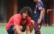 Sao Arsenal ghi điểm ở Singapore khi hành động dễ thương với fan nhí