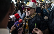 Biển người ùa về sân bay Mexico đón chào Cậu Bé Vàng - Maradona