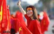 Fan nữ xinh đẹp hào hứng tiếp lửa ĐT Việt Nam trước giờ G