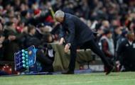 Huyền thoại nổi cáu khi Mourinho ném tung giá đựng nước ăn mừng
