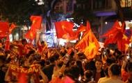 CĐV Hà Nội phủ kín phố đi bộ bằng sắc đỏ ăn mừng chiến thắng đội tuyển Việt Nam
