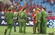 Ngọc Hải giải cứu bất thành fan lao xuống sân ăn mừng ĐT Việt Nam vào chung kết