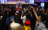 Vừa về đến Việt Nam, thầy Park suýt chết ngộp với đám đông người hâm mộ