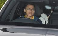 Sanchez buồn rũ rượi trên đường tới sân tập Man Utd