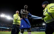 Sốc! Thua đau Man City, CĐV ném 'vật thể lạ' thẳng vào mặt sao Chelsea