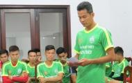 Chuyên gia Việt nói gì về án phạt cho cầu thủ tự đá vào lưới nhà?