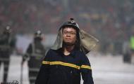 Chiến sỹ PCCC gồng mình với pháo sáng trận Hà Nội FC vs Hải Phòng