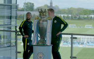 CHOÁNG! Aguero và De Bruyne khiến chiếc cúp Premier League vỡ nát