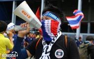 Ủng hộ Thái Lan, CĐV bất chấp thời tiết, 'hóa ninja' ngoài sân vận động
