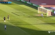 Thủ môn để bị thủng lưới trong lúc mải ăn mừng bàn thắng 'ma'