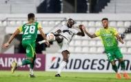 SỐC! Adebayor tung cước đạp thẳng mặt đối thủ