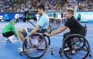 Djokovic trổ tài chơi bóng chày, bóng đá và cả quần vợt... khi ngồi trên xe lăn