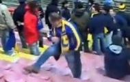 Video: CĐV lãnh hậu quả vì đá ghế