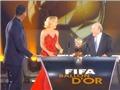 Video: Sepp Blatter nhún nhảy cùng Shakira trên sân khấu FIFA Ballon d'Or