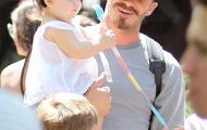 Công chúa nhà Becks siêu đáng yêu với mũ Mickey