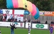 Video hài hước: Người nhảy dù làm gián đoạn trận đấu tại Anh
