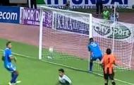Video: Pha 'kiến tạo' khó đỡ của thủ môn cho tiền đạo đối phương