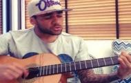 Video: Nổi hứng, Dani Alves hát tri ân người hâm mộ vụ ném chuối