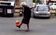Video: Thán phục 'lão bà' tâng bóng như siêu sao