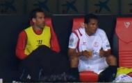 Video: Cầu thủ 'giải quyết nỗi buồn' ngay… trên ghế dự bị