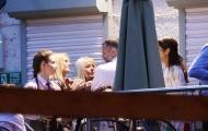 Bốn fan nữ vây quanh tán chuyện với Ryan Giggs