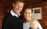 Sheringham cưới người đẹp tóc vàng hơn con trai 2 tuổi