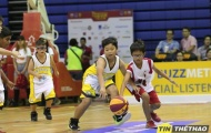 Vận động viên nhí thử sức ở sân chơi bóng rổ chuyên nghiệp
