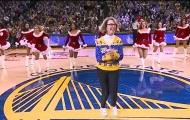 Fan nữ lớn tuổi nhảy cùng dàn mỹ nữ bốc lửa Warriors mừng Giáng sinh