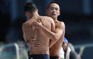 Bị lật đổ, Quang Nhật vẫn vui vẻ chức mừng đồng đội