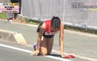 Bị chấn thương nặng, nữ VĐV Nhật Bản vẫn bò trên đường đua tiếp sức