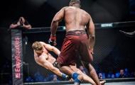 Võ sĩ Nam Phi knock-out đối thủ bằng cú xoay người cùi chỏ