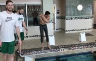 """Gordon Hayward """"khoe"""" đôi chân khỏe mạnh bên hồ bơi"""