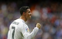 Cristiano Ronaldo hủy diệt đối thủ với bàn tay nhỏ