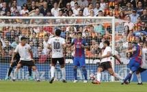 Messi ghi bàn tranh cãi trận Barca hạ Valencia