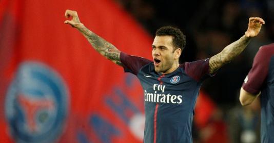Không thi đấu, Dani Alves làm fan cuồng của PSG