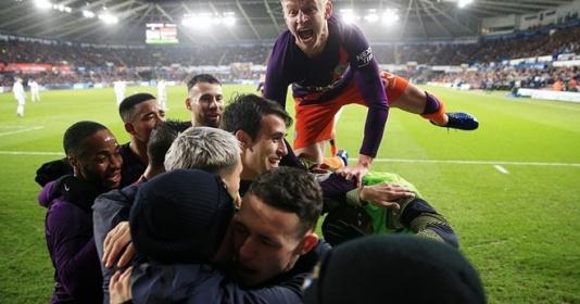 """4 điểm nhấn Swansea City 2-3 Man City: """"Siêu anh hùng"""" Aguero, Pep đau đầu 1 vị trí"""