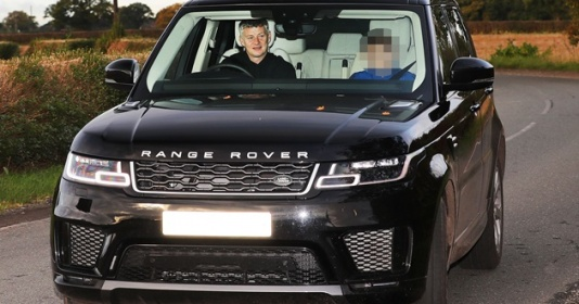 Hòa Liverpool, sếp lớn Man Utd lập tức đến Carrington, Solskjaer chở 'khách lạ'