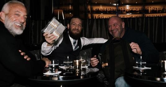 Conor McGregor nhận cọc tiền tươi 50k USD từ chính tay chủ tịch UFC