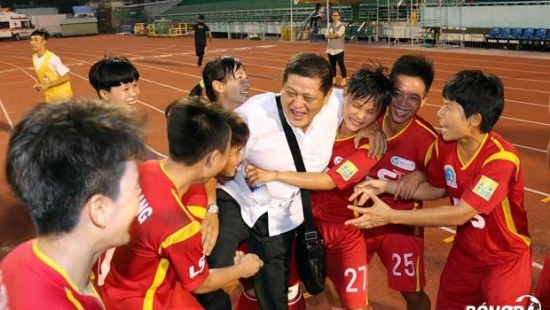 Chùm ảnh: Cô trò TP.HCM vui mừng chức vô địch trên sân Thống Nhất