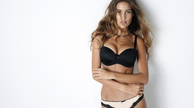 Anna Herrin - siêu mẫu bikini e thẹn khi khoe vòng 1