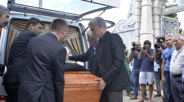 Mourinho đau xót tiễn cha đi về nơi yên nghỉ